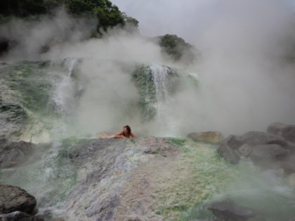 Горячий водопад реки Кипящая. о.Итуруп